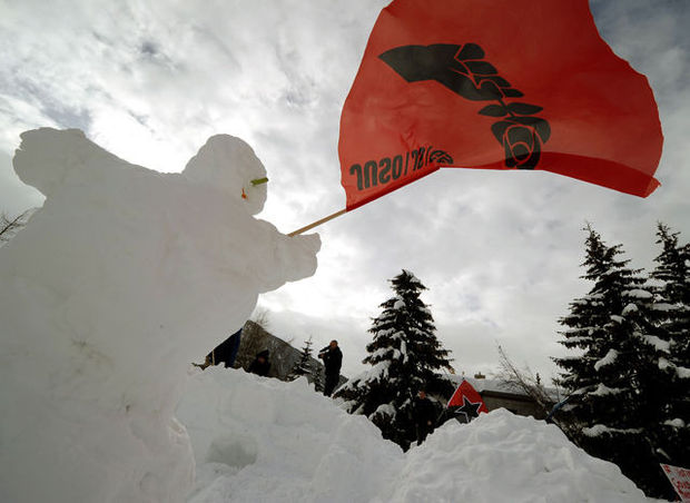 Occupy-betogers bouwen iglokamp in Davos (video)